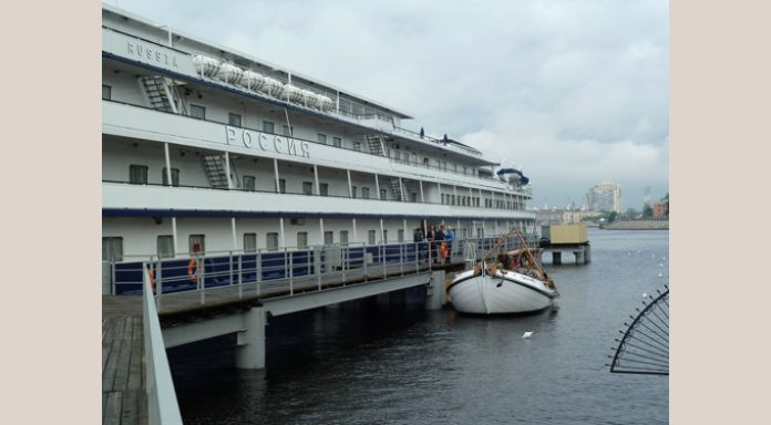 """Gauwe Haentje at the River-cruise terminal"""